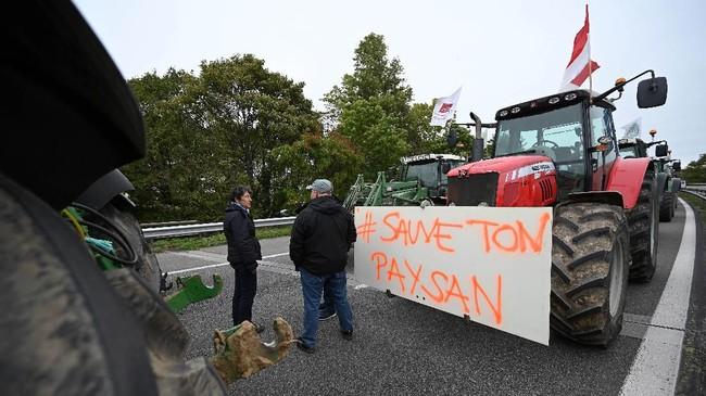 Petani Prancis menyatakan akan tetap menggelar unjuk rasa sampai tuntutan mereka dipenuhi pemerintah. (Photo by FREDERICK FLORIN / AFP)