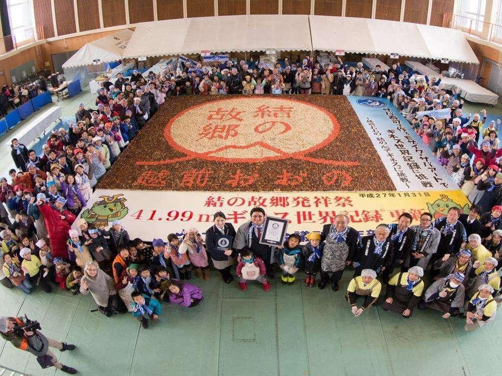 Sushi terbesar dan dibuat dengan bentuk mozaik dengan ukuran 41.99 meter persegi. Mahakarya ini dibuat di Jepang pada 31 Januari 2015. Foto: Guinness World Records