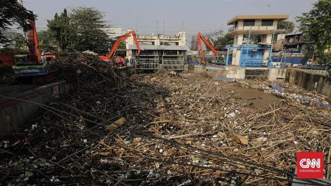 Dinas LH DKI Jakarta menyiagakan 4 ribu petugas dari UPK Badan Air untuk menangani sampah di musim penghujan.(CNN Indonesia/ Adhi Wicaksono)