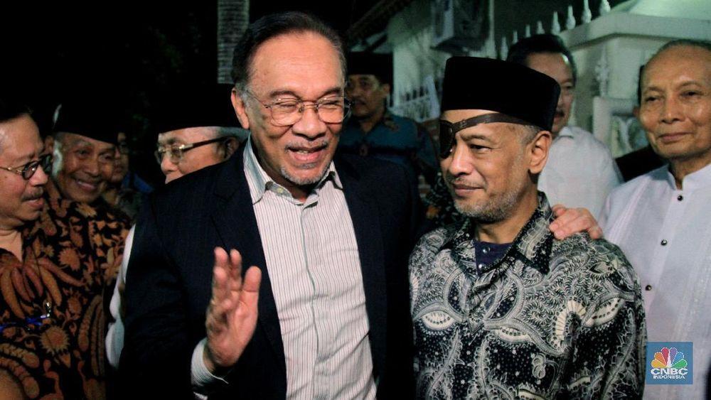 Mantan Wakil Perdana Menteri Malaysia Dato Anwar Ibrahim menghadiri acara takziah di rumah Presiden ke-3 RI, Almarhum Bacharuddin Jusuf Habibie di Patra Kuningan, Jakarta Selatan, Rabu (9/10/2019) malam. (CNBC Indonesia/Tri Susilo)