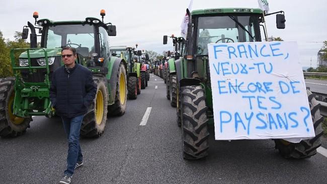 Petani Prancis menyatakan kebijakan impor produk pertanian dengan harga lebih rendah perlahan akan mematikan usaha mereka. Sebab, mereka bakal tidak mampu bersaing dengan produk impor. (Photo by FREDERICK FLORIN / AFP)