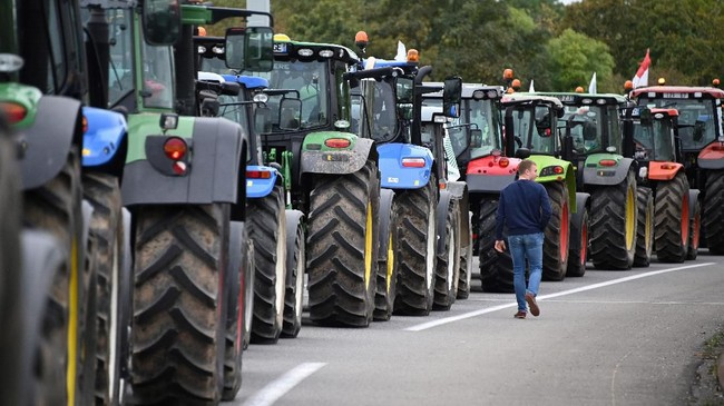 Lalu lintas terpaksa dialihkan karena para petani memblokir jalan utama di sejumlah wilayah di Prancis. (Photo by FREDERICK FLORIN / AFP)