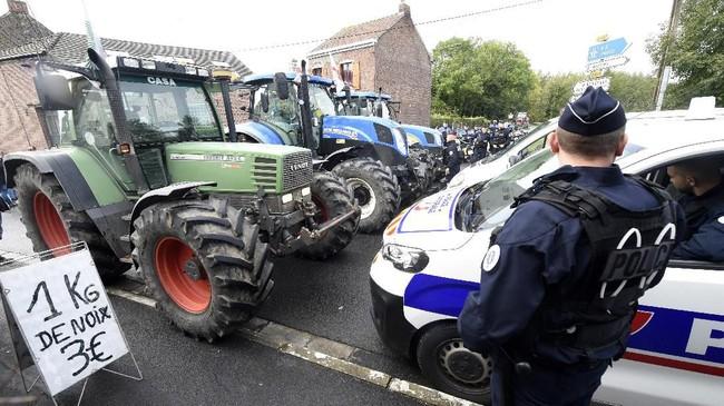 Aksi unjuk rasa petani Prancis berjalan damai, meski sebagian dari mereka membakar ban hingga menyebabkan asap tebal. (Photo by FRANCOIS LO PRESTI / AFP)