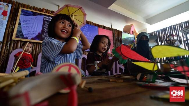 Pekan Kebudayaan Nasional juga memberi ruang pengunjung untuk menjajal permainan tradisional. (CNN Indonesia/Daniela Dinda)