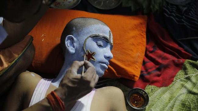 Biasanya, bulan Asvin jatuh di bulan September atau Oktober di tahun Masehi. (AP Photo/Rajesh Kumar Singh)