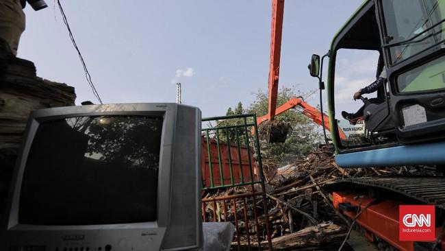 Sampah yang menumpuk di Pintu Air Manggarai diangkut menuju Tempat Pengolahan Sampah Terpadu di Bantargebang, Bekasi. (CNN Indonesia/ Adhi Wicaksono)