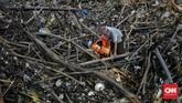 Sampah kiriman ini merupakan imbas dari hujan yang mengguyur wilayah Jakarta dan sekitarnya. Sejak tadi malam, sampah di Pintu Air Manggarai meningkat.(CNN Indonesia/ Adhi Wicaksono)