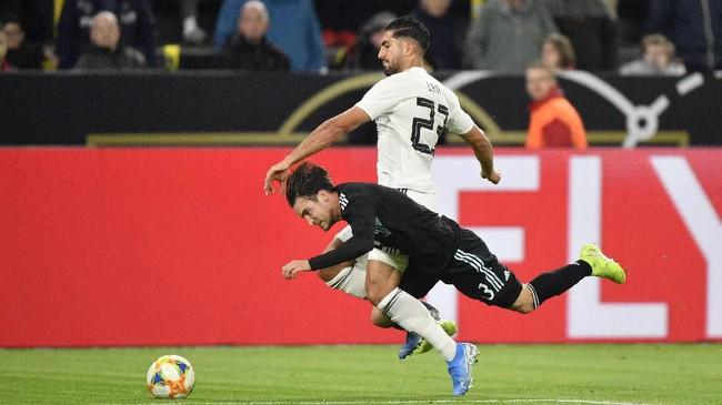 Emre Can diplot sebagai bek tengah oleh pelatih Joachim Loew dalam laga uji coba melawan timnas Argentina. Di laga ini, Loew memainkan tiga pemain belakang menggunakan formasi 3-4-2-1. (AP Photo/Martin Meissner)