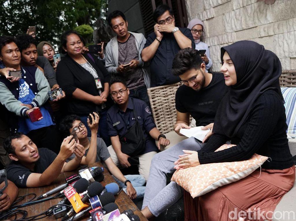 Ammar Zoni dan Irish Bella saat ditemui di kediamannya di kawasan Cinere, Jakarta Selatan pada Kamis (10/10).Pool/Palevi S/detikFoto.