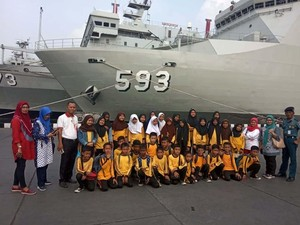 Siswa SD Jelajahi KRI Banda Aceh 593
