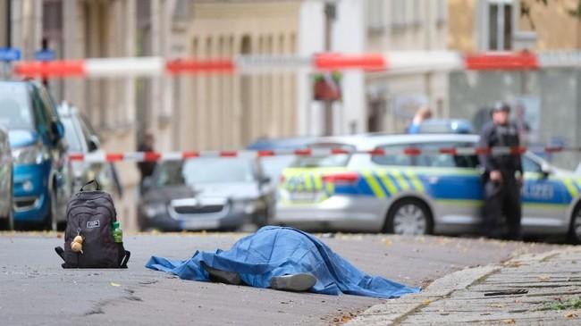 Saksi menyatakan pelaku mengenakan helm dan jaket militer, kemudian mengumbar tembakan di dalam kedai kebab. (Sebastian Willnow/dpa via AP)