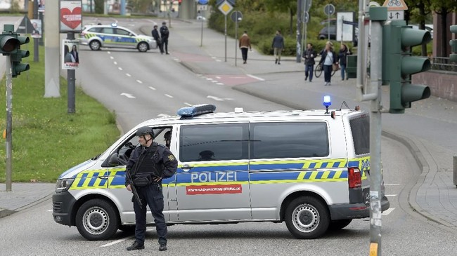 Dalam salinan video terlihat pria bersenjata merekam dirinya mencaci-maki perempuan dan umat Yahudi sebelum melontarkan serangkaian tembakan ke sebuah sinagog dan restoran kebab Turki di sebelahnya. (AP Photo Jens Meyer)