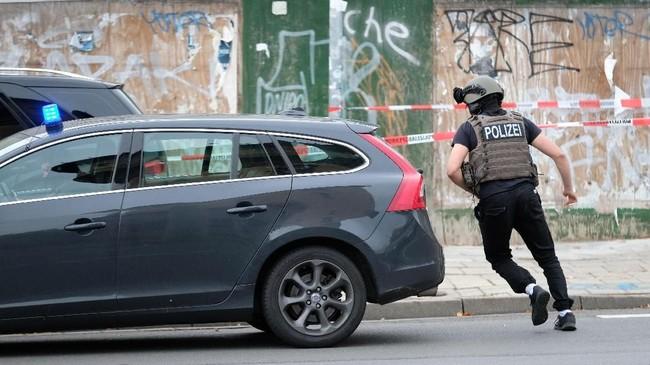 Polisi sempat menutup akses jalan di seluruh kota Halle untuk memburu pelaku. Mereka juga menghentikan sementara perjalanan kereta api. (Sebastian Willnow/dpa via AP)