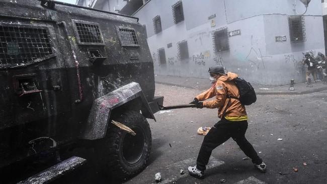 Presiden Moreno menuduh pendahulunya dan tersangka korupsi Rafael Correa berada di balik aksi itu. Namun, Correa membantah tuduhan tersebut. (Photo by Martin BERNETTI / AFP)