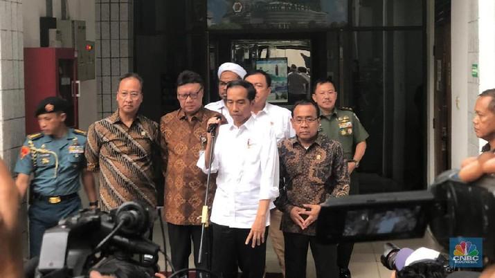 Jokowi baru saja selesai menjenguk Menteri Koordinator Bidang Politik Hukum dan Keamanan Jenderal TNI (Purn) Wiranto di RSPAD, Jakarta, Kamis (10/10/2019).