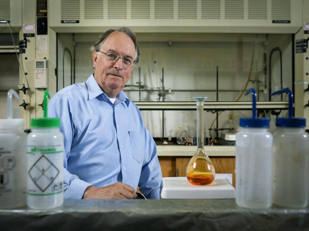 Wittingham berpose di laboratoriumnya. Foto: Reuters