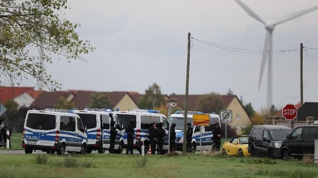 Peristiwa penembakan dilaporkan terjadi di dekat sinagog Yahudi di Kota Halle, Jerman, pada Rabu (9/10). Sebanyak dua orang tewas dalam kejadian itu. (Jan Woitas/dpa via AP)