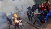 Bentrokan dengan aparat terjadi saat massa mencoba merangsek ke kompleks pemerintah di Ibu Kota Quito. (Photo by Martin BERNETTI / AFP)