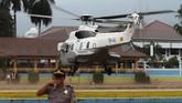 Helikopter yang membawa Wiranto ke RSPAD Gatot Soebroto terlihat meninggalkan Alun-alun Menes.(Photo by SAMMY / AFP)