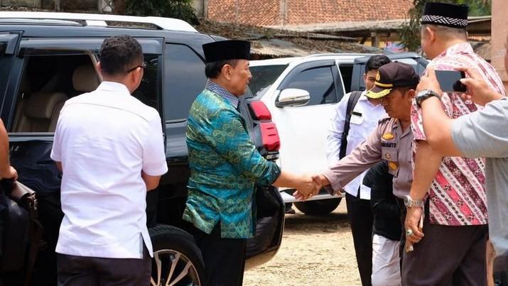 Wiranto diserang saat berkunjung ke Pandeglang, sesaat setelah turun dari mobil, saat bersalaman dengan polisi.