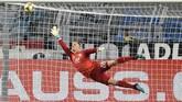 Marc-Andre ter Stegen tampil sebagai starter di bawah mistar timnas Jerman. Di laga ini, kiper Barcelona tersebut kebobolan dua gol yang dicetak Lucas Alario dan Lucas Ocampos. (AP Photo/Martin Meissner)