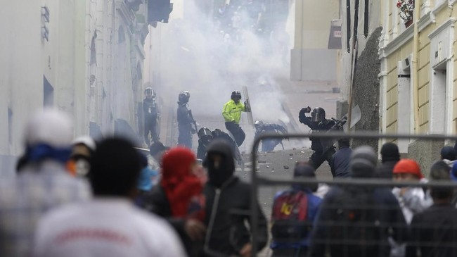 Presiden Ekuador, Lenin Moreno, memutuskan memindahkan pusat pemerintahan dari Quito ke Guayaquil akibat demo besar-besaran itu. (AP Photo/Fernando Vergara)