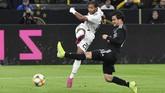 Penyerang sayap timnas Jerman Serge Gnabry melepaskan tembakan meski dikawal ketat bek sayap timnas Argentina Nicolas Tagliafico dalam laga uji coba di Signal Iduna Park. (AP Photo/Martin Meissner)