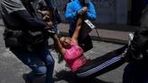 Militer Ekuador sudah memperingatkan penduduk supaya tidak melanjutkan aksi demo rusuh dan berbuat kejahatan lain. (Photo by Martin BERNETTI / AFP)
