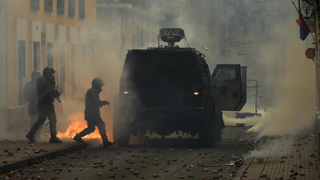 Aksi itu mulanya berjalan damai, tetapi berubah menjadi kerusuhan. Mereka yang terlibat demonstrasi mulai dari massa serikat buruh sampai persatuan warga asli setempat. (Photo by Rodrigo BUENDIA / AFP)