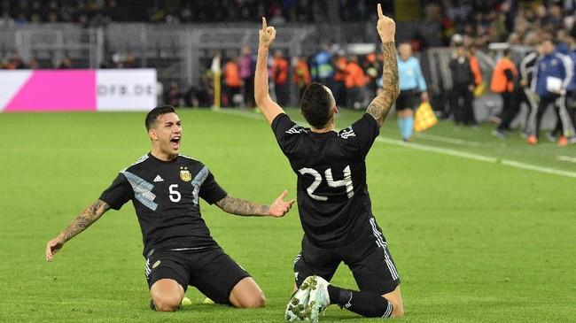 Pemain sayap Argentina, Lucas Ocampos, merayakan gol kedua timnya yang membuat skor imbang 2-2 melawan timnas Jerman di Stadion Signal Iduna Park, Dortmund. Satu gol Argentina lainnya dijaringkan Lucas Alario. (AP Photo/Martin Meissner)