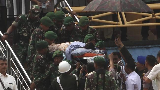 Wiranto kemudian dibawa ke Rumah Sakit Pusat Angkatan Darat Gatot Soebroto, Jakarta untuk mendapat perawatan lebih lanjut. (AP Photo/Rafsanjani)