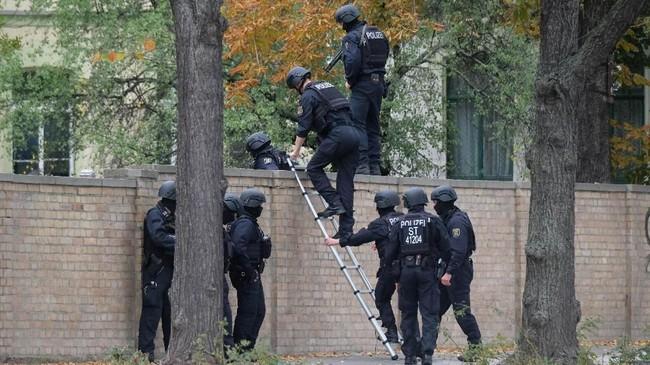 Tidak beberapa lama, polisi dilaporkan berhasil menangkap seseorang yang diduga sebagai pelaku. (Sebastian Willnow/dpa via AP)