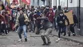 Aksi demo itu berakhir dengan bentrokan antara polisi dan massa pengunjuk rasa. Massa suku asli menuntut bantuan bagi petani yaitu irigasi, pemberian pinjaman, dan bantuan teknis lain. (Photo by Martin BERNETTI / AFP)