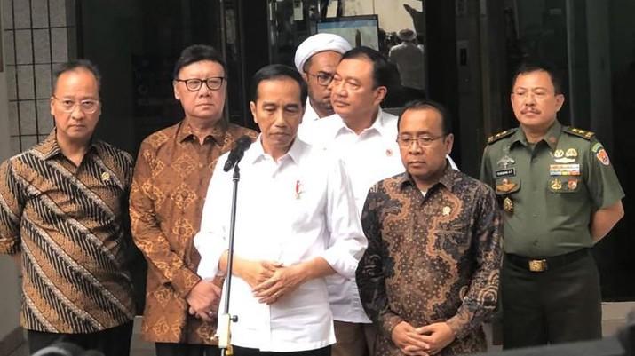 Kedatangan Jokowi untuk menjenguk Menteri Koordinator Bidang Politik Hukum dan Keamanan Jenderal TNI (Purn) Wiranto pascainsiden penusukan