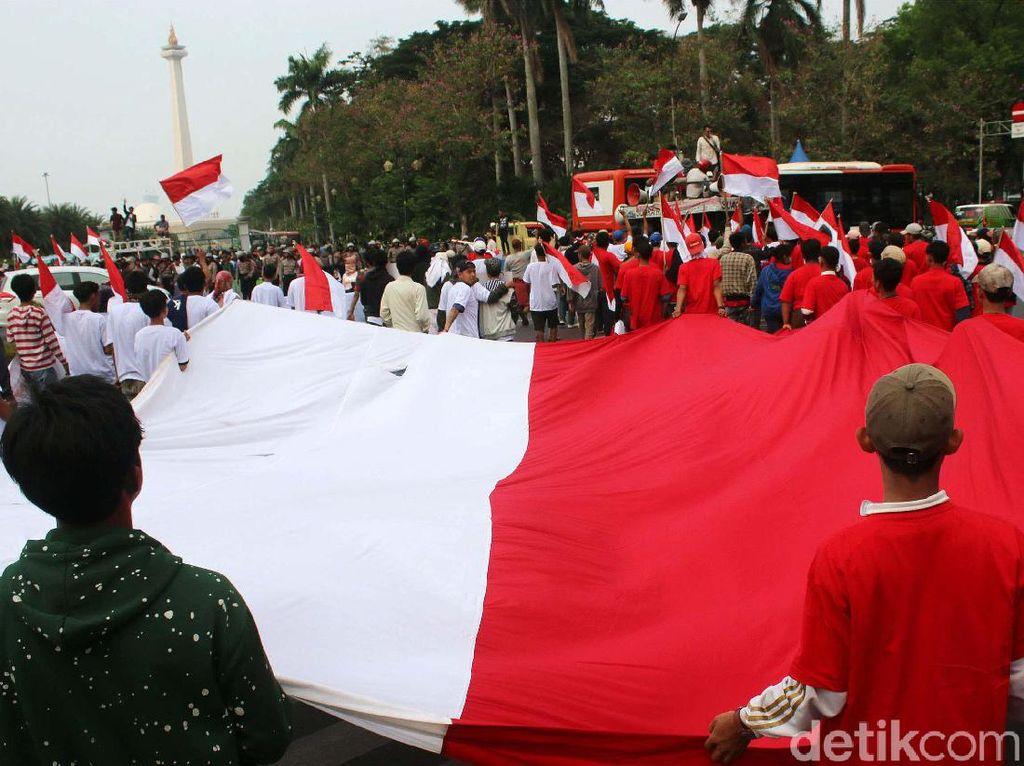 Sejumlah massa yang tergabung dalam Masyarakat Penegak Demokrasi (MPD) menggelar aksi damai Menyambut Pelantikan Presiden dan Wakil Presiden RI Terpilih di Kawasan Patung Kuda, Jakarta, Kamis (10/10/2019).