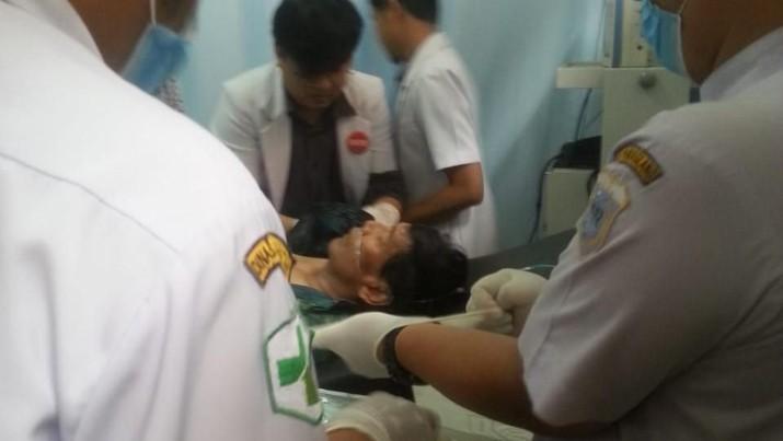 Wiranto diserang saat berkunjung ke Pandeglang, sesaat setelah turun dari mobil, saat bersalaman dengan polisi. Wiranto kini masih dirawat.