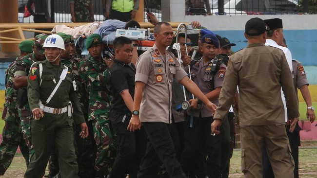 Presiden Joko Widodo dan Wapres Jusuf Kalla dan sejumlah pejabat tinggi negara langsung menjenguk Wiranto di RSPAD Gatot Soebroto. (Photo by SAMMY / AFP)