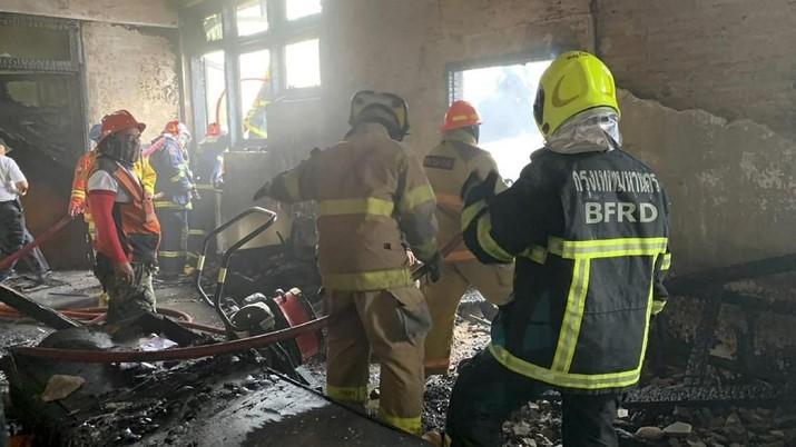 Menurut pejabat di Badan Metropolitan Bangkok, kebakaran terjadi di sebuah gedung berlantai dua yang merupakan rumah hunian.