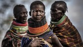 Para perempuan darikomunitas Turkana berkumpul di dekat kampung mereka di wilayah kering Morungole, Turkana, Kenya. Turkana adalah wilayah luas namun kering di barat laut Kenya, yang merupakan salah satu wilayah terdepan paling terdampak perubahan iklim. (AFP/ Luis Tato)