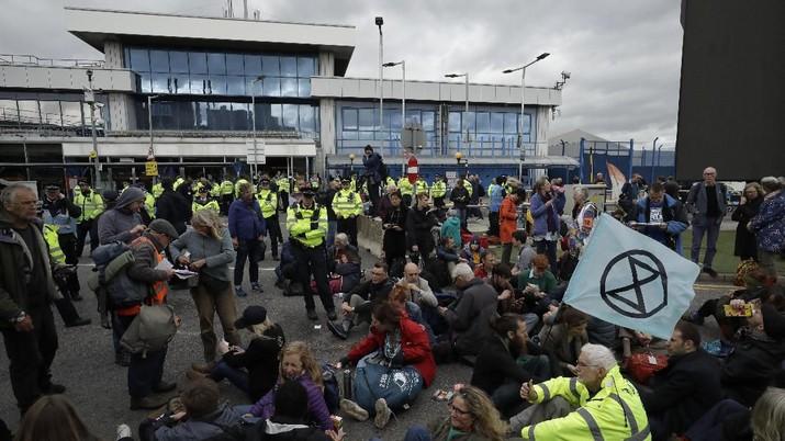 Akibat aksi tersebut sejumlah pendemo diamankan agar operasional bandara tak terganggu