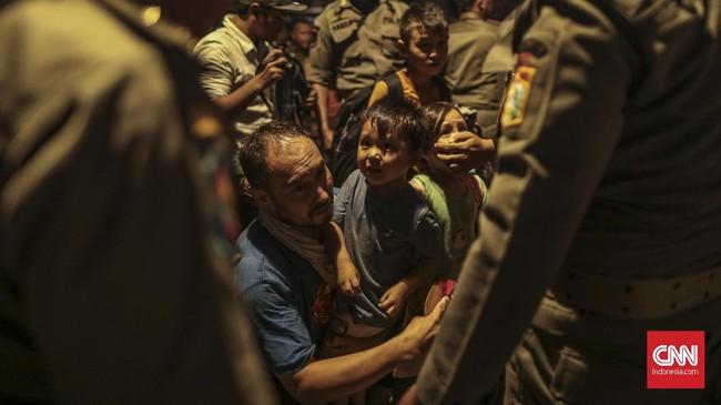 Para pencari suaka ini mendesak UNHCR memberikan tempat tinggal dan bantuan yang layak untuk mereka. (CNN Indonesia/Bisma Septalisma)
