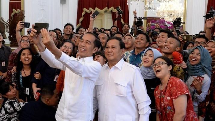 Senyum lebar terpancar dari raut wajah Ketua Umum Gerindra Prabowo Subianto usai menggelar pertemuan dengan Presiden Jokowi di Istana Merdeka.