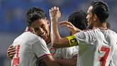 Uni Emirat Arab baru mampu mencetak gol pada menit ke-41 melalui Khalil Ibrahim (kiri) setelah memanfaatkan kesalahan kiper Indonesia Wawan Hendrawan. (KARIM SAHIB / AFP)
