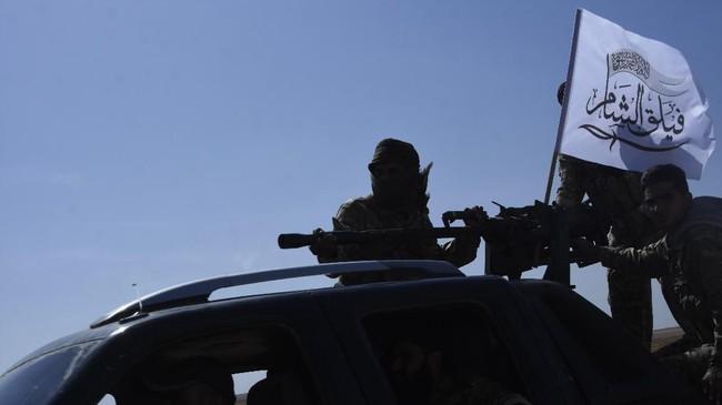 Jet tempur dan serangan artileri membombardir sepanjang perbatasan hingga menimbulkan kepanikan ribuan warga sipil. Mereka lari kocar-kacir meninggalkan rumah. (DHA via AP)