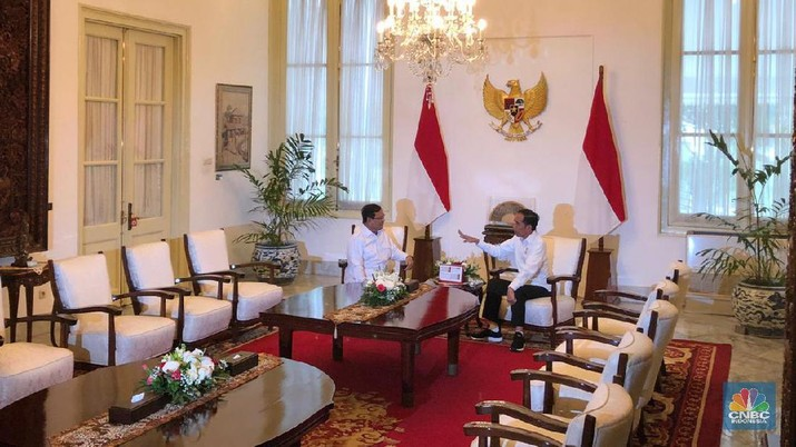 Jokowi bertemu dengan Prabowo di Istana Negara.