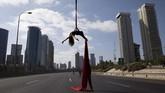 Pemain akrobat Israel Tel Karassin beraksi di sebuah jalan tol ketika perayaan hari paling suci umat Yahudi, Yom Kippur (Hari Penebusan Dosa). Jalanan sepi dan sunyi, karena kendaraan yang dibolehkan melintas jalanan hanya sepeda. (AP/Oded Balilty)