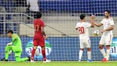 Penalti didapat Uni Emirat Arab setelah kapten Indonesia Hansamu Yama dianggap melakukan handball. Ali Mabkhout kemudian melengkapi hattrick lewat gol pada menit ke-72. (Photo by KARIM SAHIB / AFP)