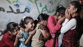 Kerabat menangisi kepergianAlaa Hamdan, 28 tahun, yang terbunuh oleh tentara Israel saat bentrok di sepanjang perbatasan Jalur Gaza. (AFP/Mahmud Hams)