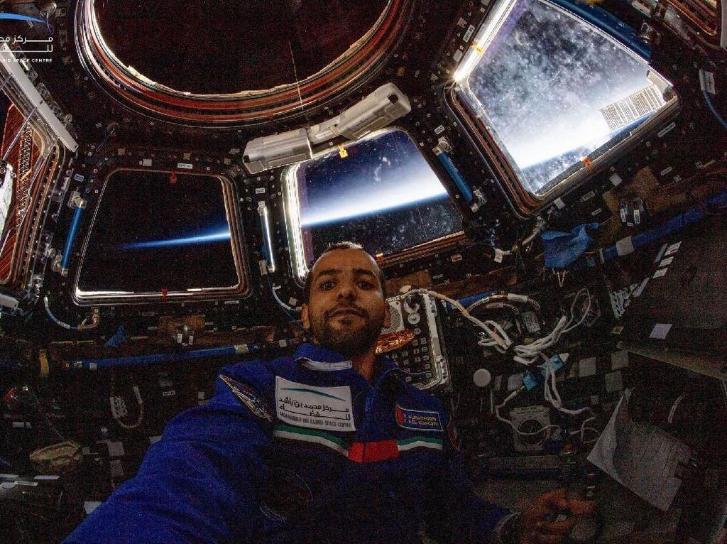 Selfie di dalam wahana ISS. Foto: Hazza Al Mansouri