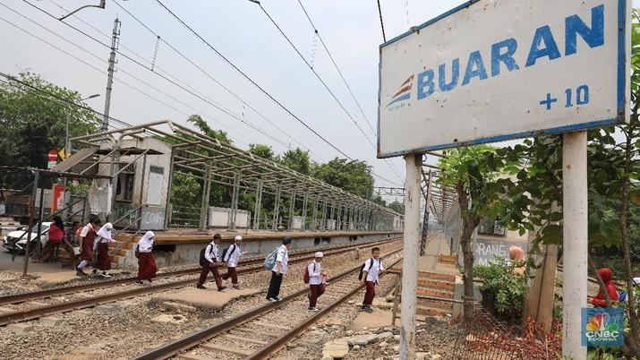 Stasiun ini tinggal dirobohkan dan menunggu pemborong yang mau angkut besi-besi di sekitar stasiun.